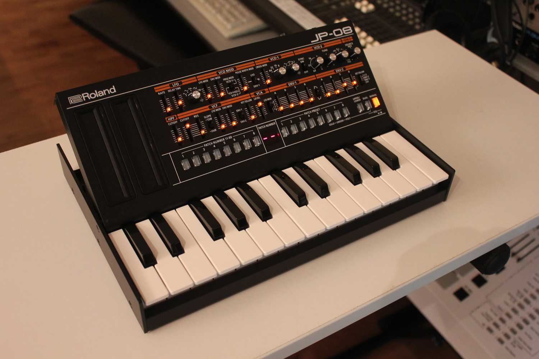 Roland JP-08 là thiết bị sản xuất âm nhạc, có kích thước nhỏ gọn