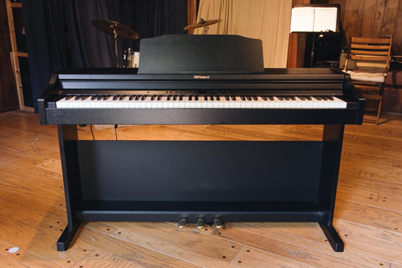 Roland RP-501R có thiết kế nhỏ gọn, tích hợp nhiều tính năng tập luyện
