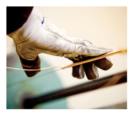 Mỗi dây trầm của đàn Shigeru Kawai được người thợ kiên nhẫn quấn bằng tay